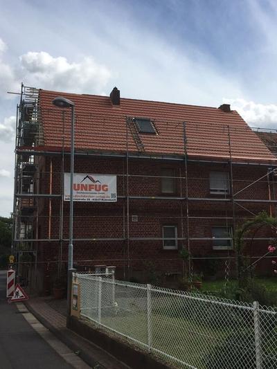 Dach neu eingedeckt rote Ziegel