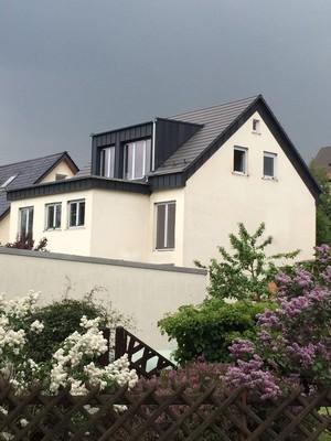 Gaube und Dachrand mit Doppelstehfalz aus Aluminium verkleidet