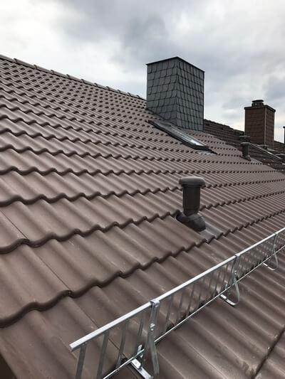Neue Dacheindeckung mit braunen Ziegeln
